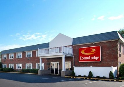 Econo Lodge Inn & Suites Airport BDL Logo