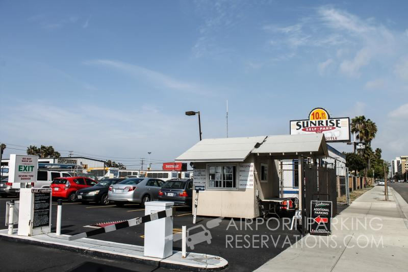 Sunrise self park parking lax reservations reviews for Lax parking closest to airport